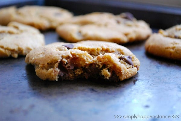 Peanut Butter Chocolate Chip Flourless Cookies {via Simply Happenstance} #glutenfree #peanutbutter #cookies