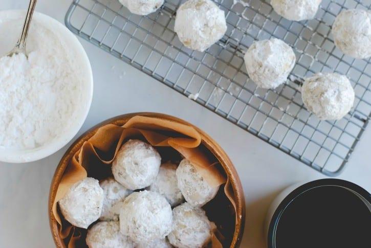 Snowball Cookies (Recipe via simplyhappenstance.com) #ChristmasCookies