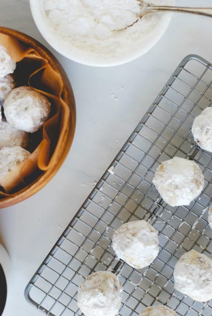 Snowball Cookies (Recipe via simplyhappenstance.com) #ChristmasCookies #CookieExchange #EdibleGifts
